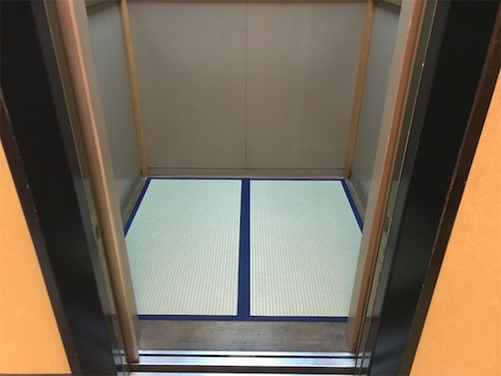 蟹遊亭エレベーターの中のたたみ