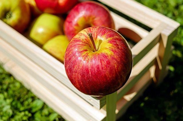 木箱に入ったりんご