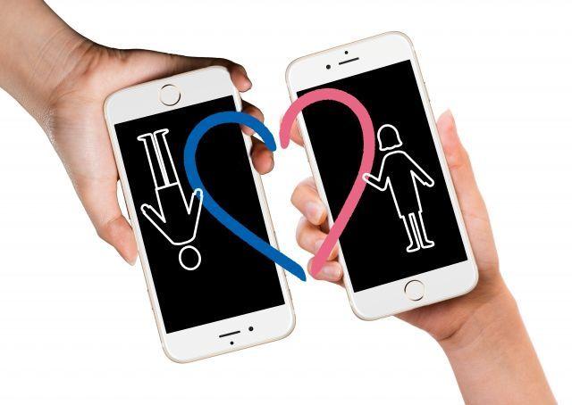 男女が携帯電話を通じてつながるイメージ