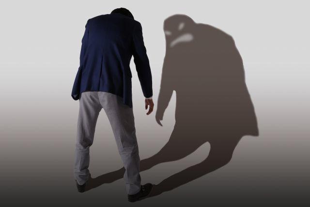 怖い影をもつ男性