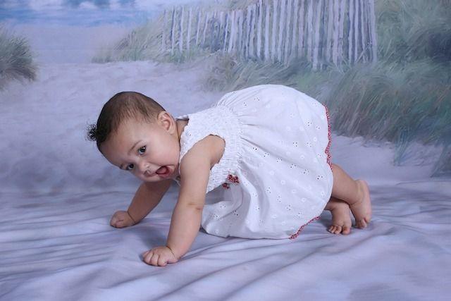 立ち上がろうとする赤ちゃん