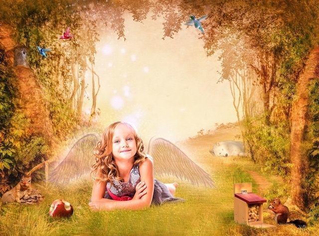 森の中にいる天使の少女