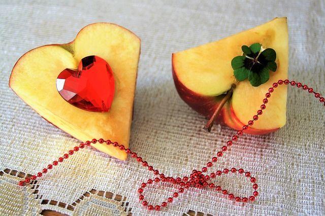 赤い糸で結ばれたハート形のりんご