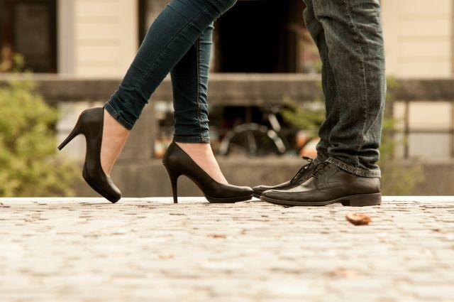 女性から男性に近寄る男女の足下