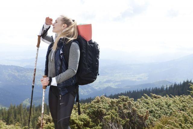 登山をしている女性