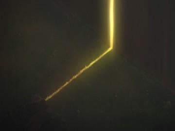 戦場の闇の中、一筋未来に繋がる光
