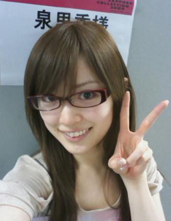 眼鏡をかけた泉里香