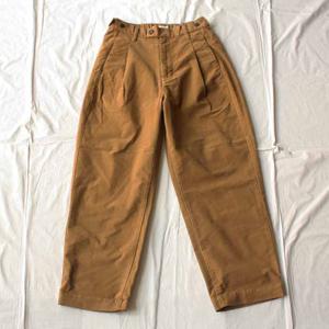 ブラウンのパンツ