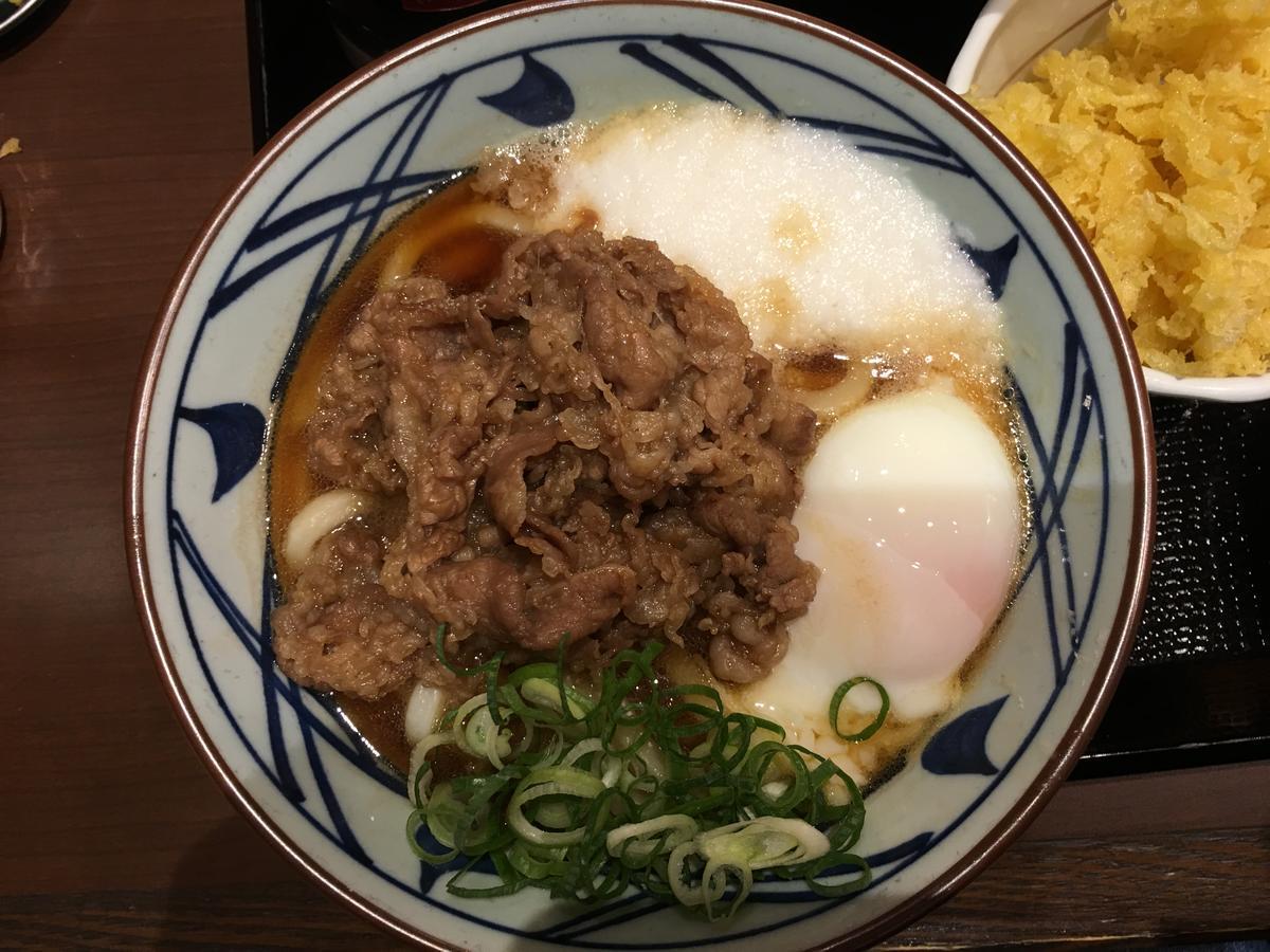 丸亀製麺の肉玉うどん、ネギ入り。上からの写真