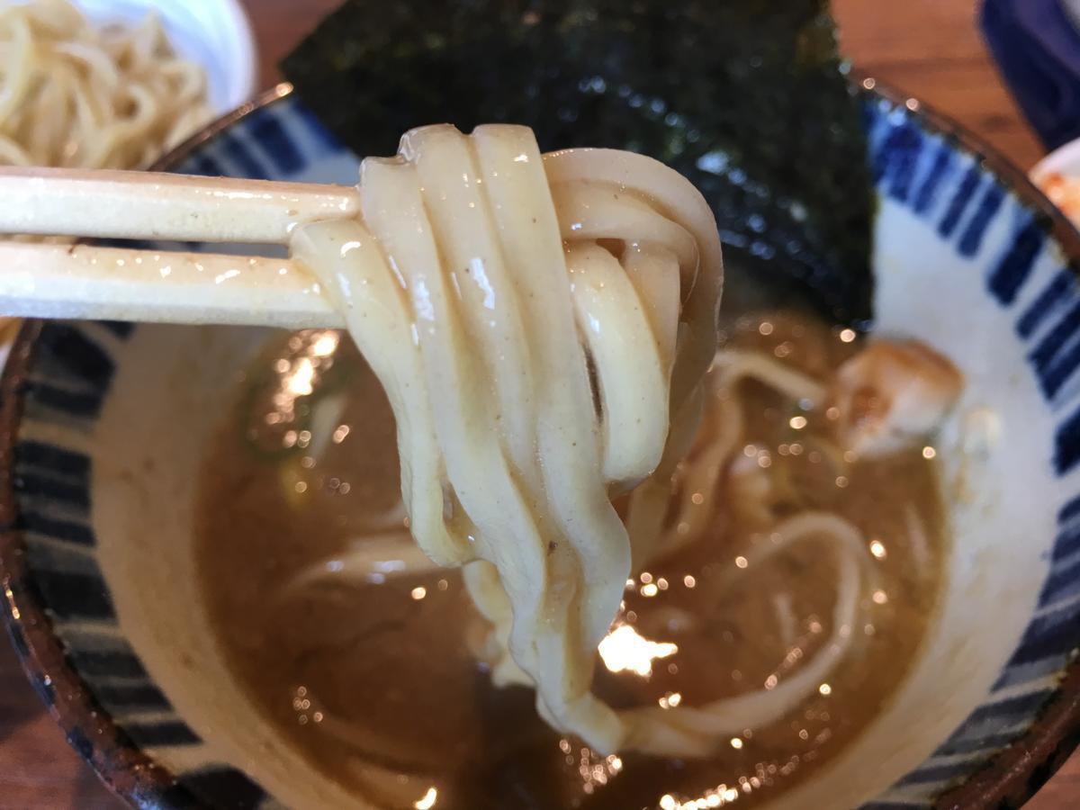 濃厚魚介つけ麺を食べる