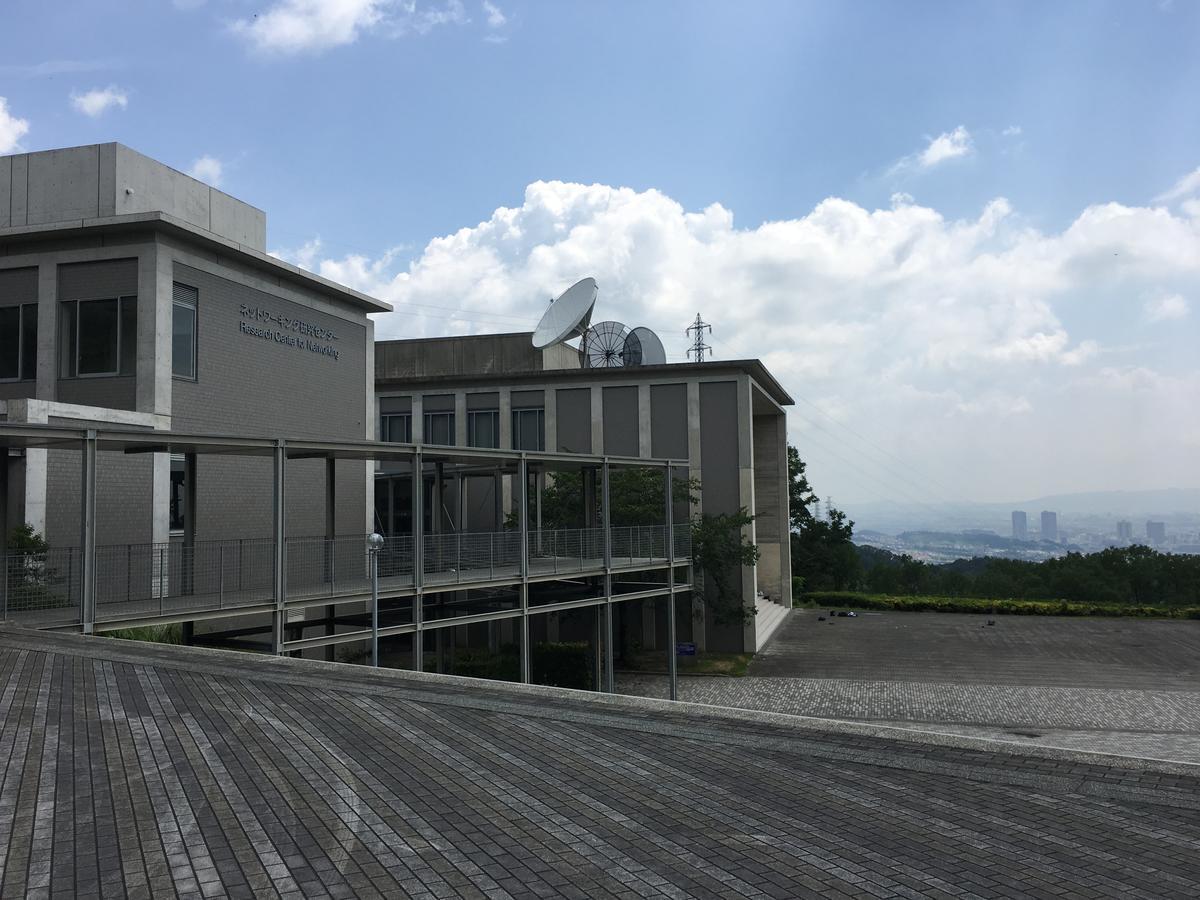 関西大学のキャンパスと雲