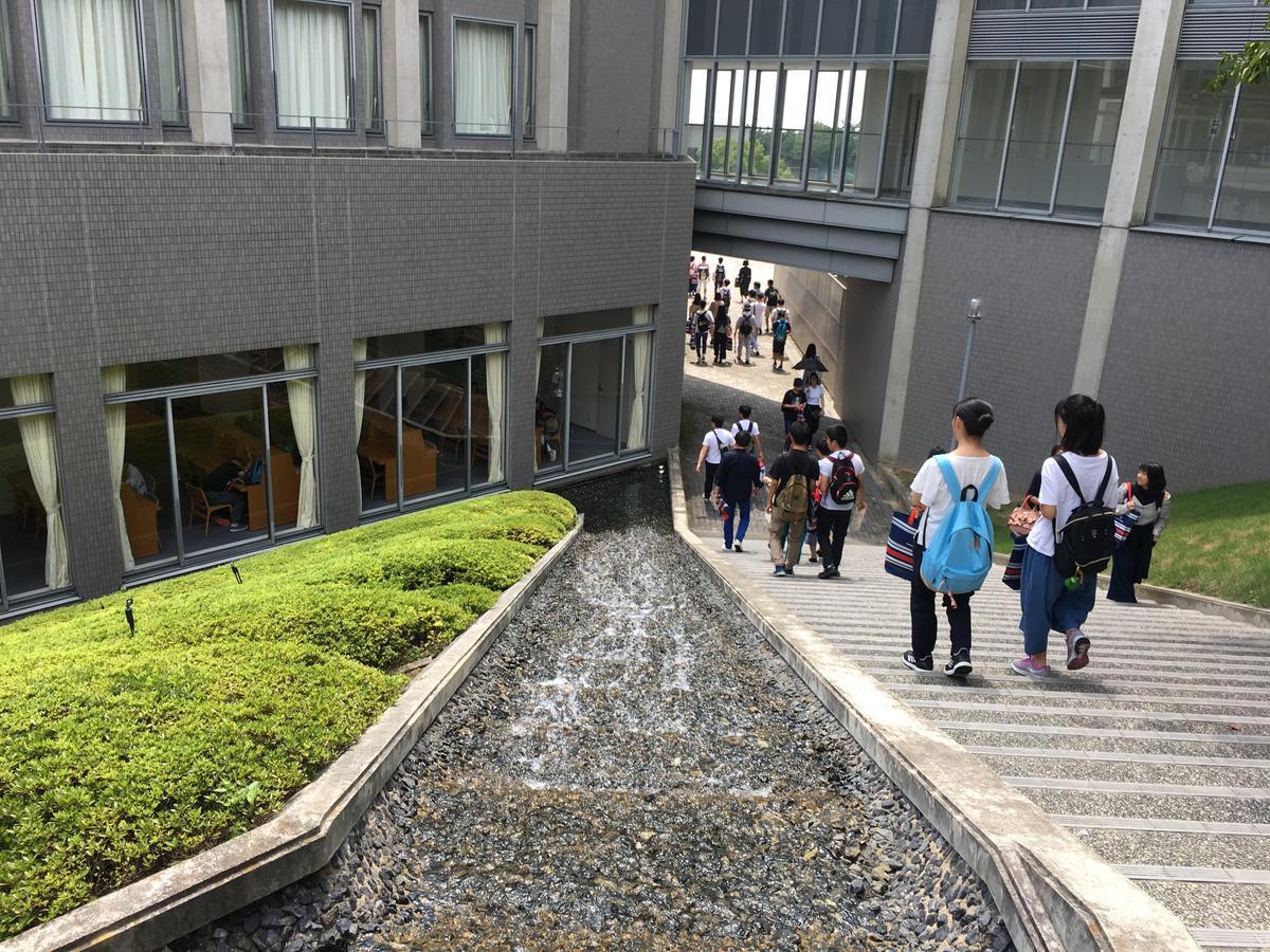 関西大学のキャンパスへ通じる階段