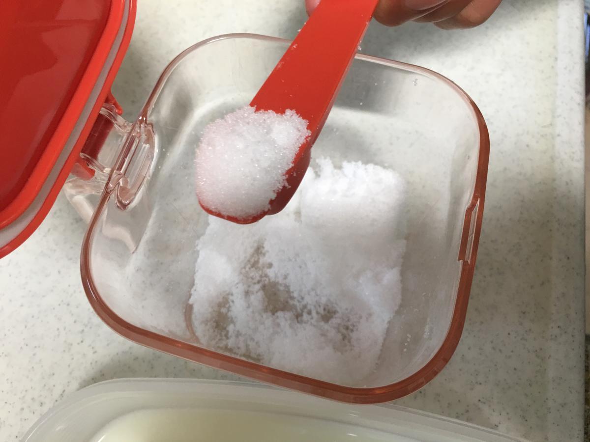 フレンチトーストに砂糖を投入
