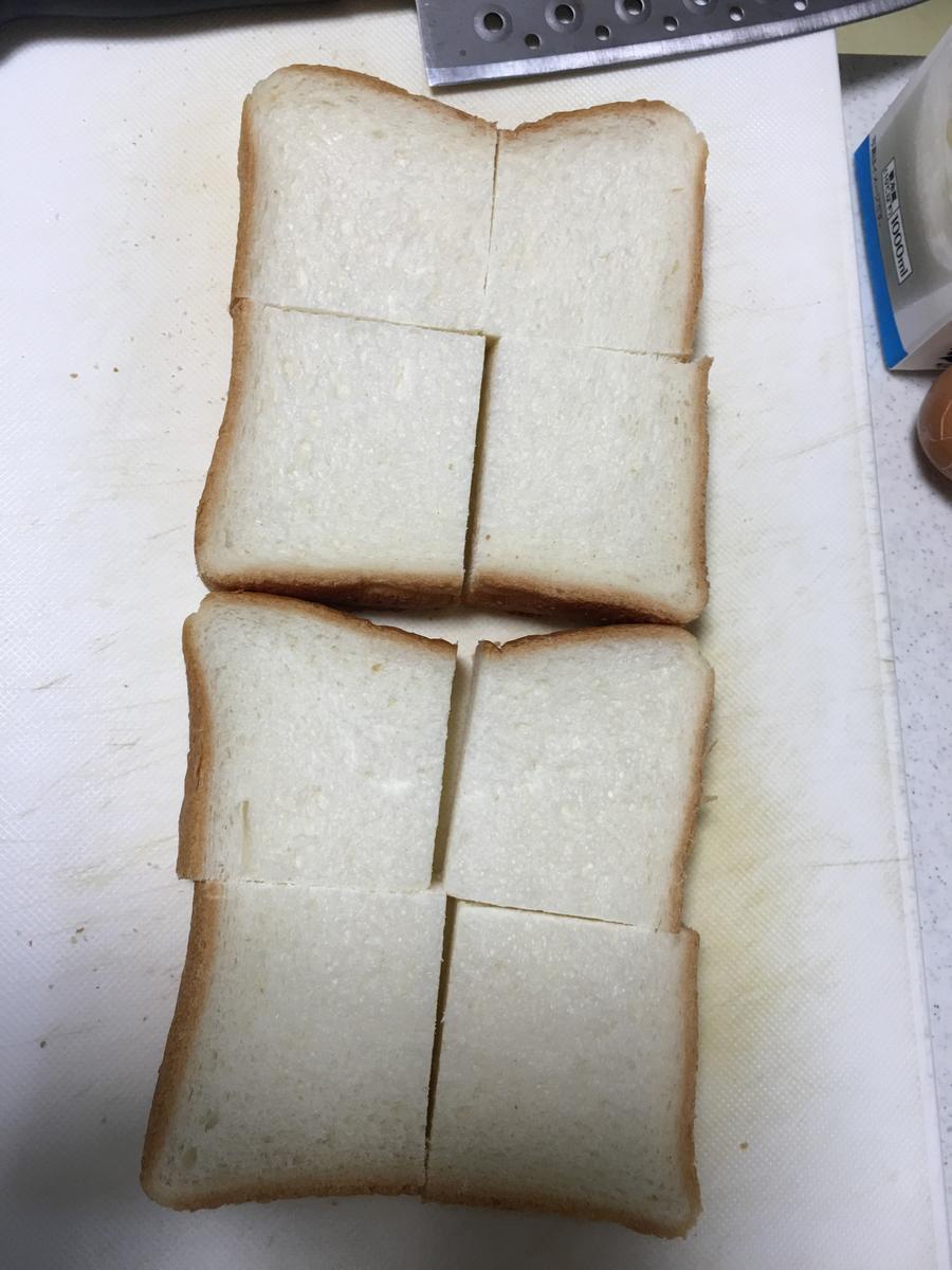 フレンチトーストのトーストを切る