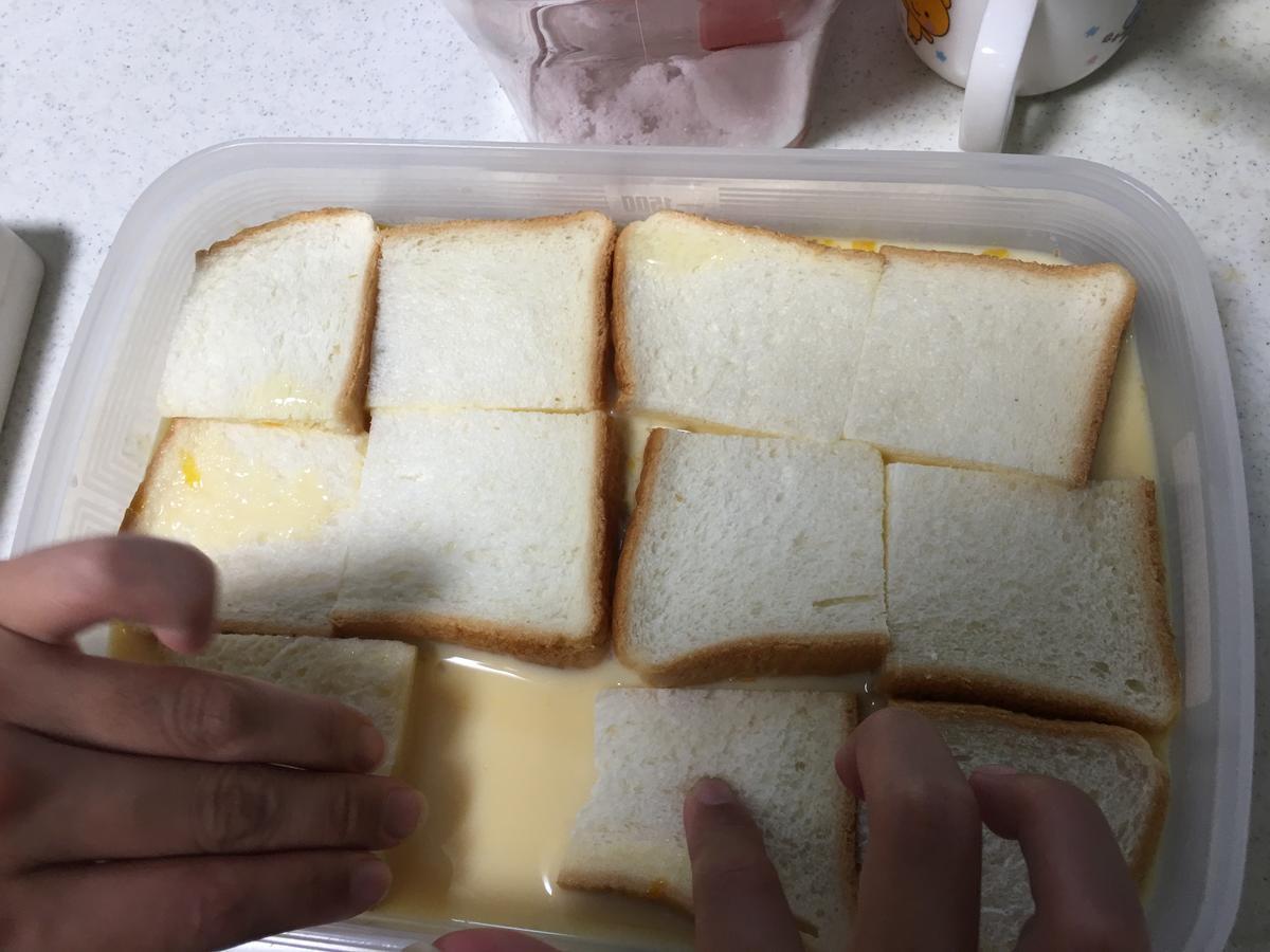フレンチトーストのトースト記事をミルクに投入3