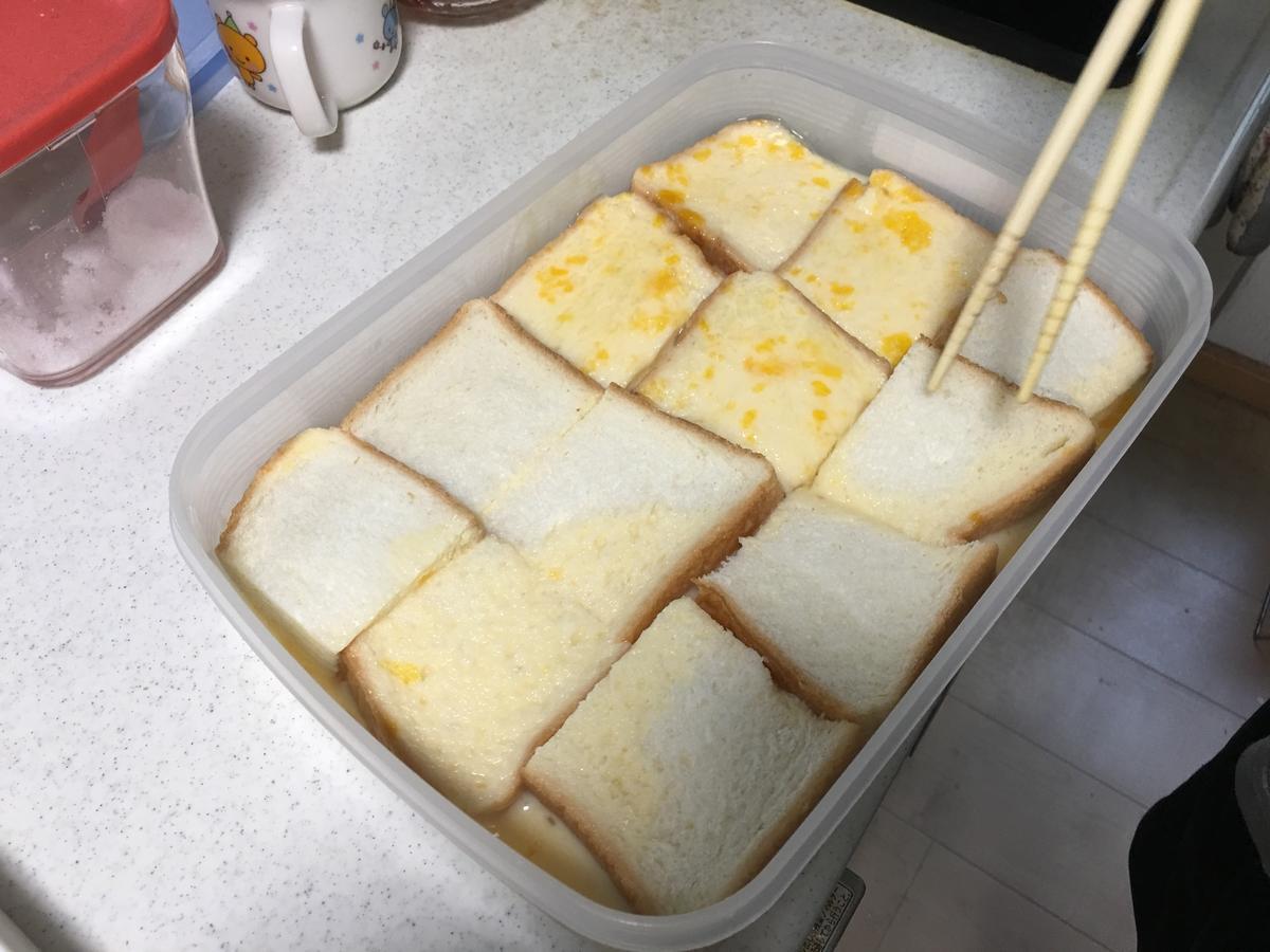 フレンチトーストのトースト記事をミルクに投入4