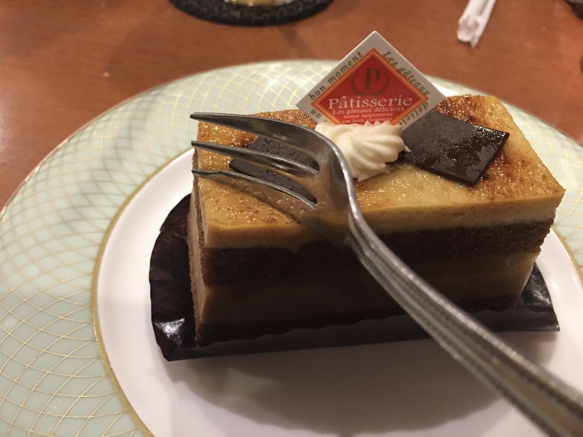 チョコとバナナのシブーストにフォーク入刀