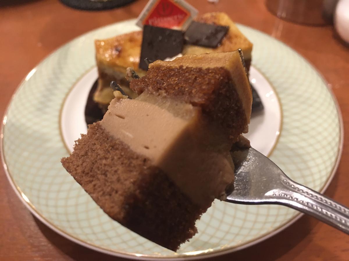 チョコとバナナのシブーストを食べる