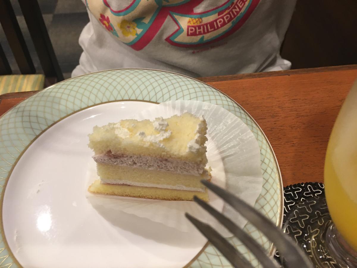 ショートケーキを食べる