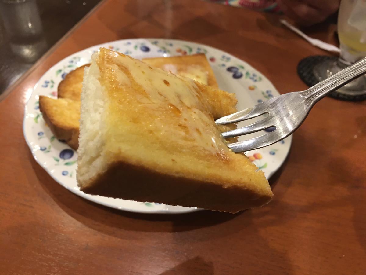 本町の喫茶店・亜羅毘加(アラビカ)のメープルトーストを食べようとする