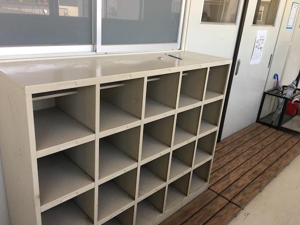 小学校の廊下の下駄箱