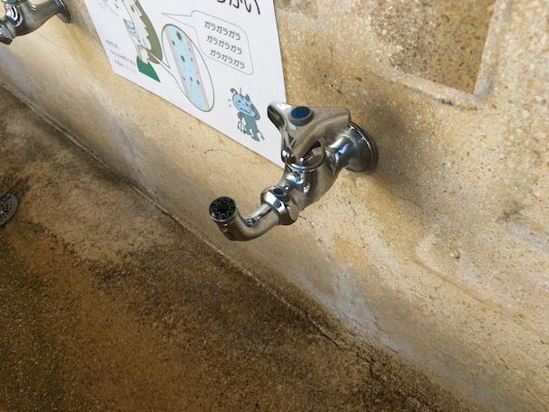 小学校の手洗いばの蛇口