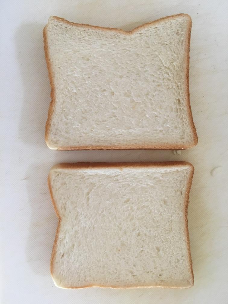トーストー二枚まな板に乗せる