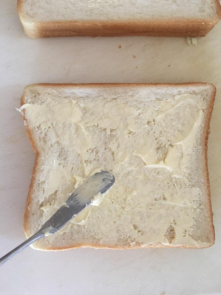 トーストにバターをたっぷり塗る
