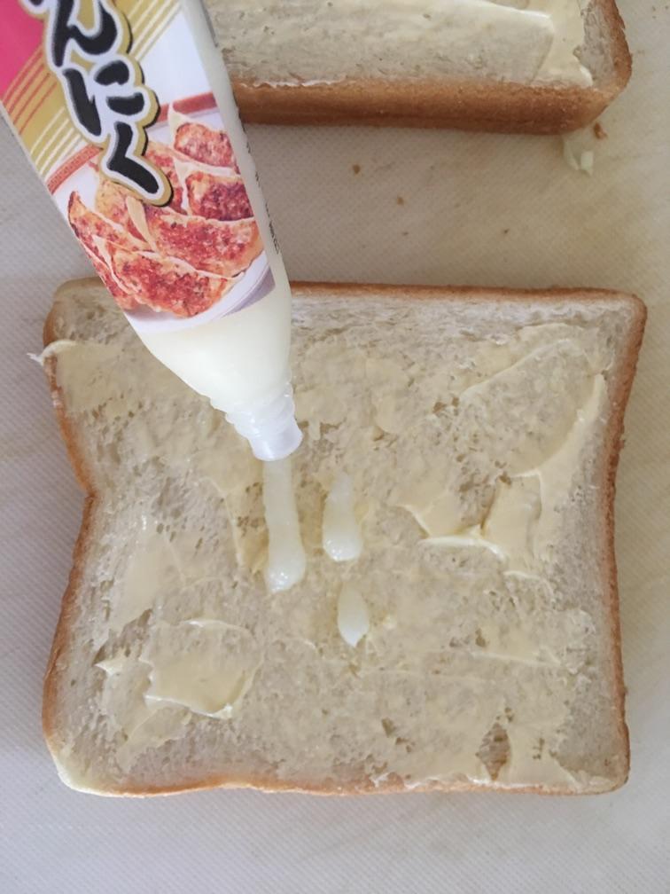 生にんにく(チューブ入り)をトーストに塗る