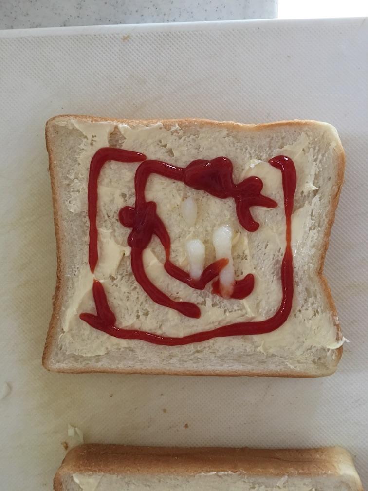 ケチャップをトーストにたっぷりかける