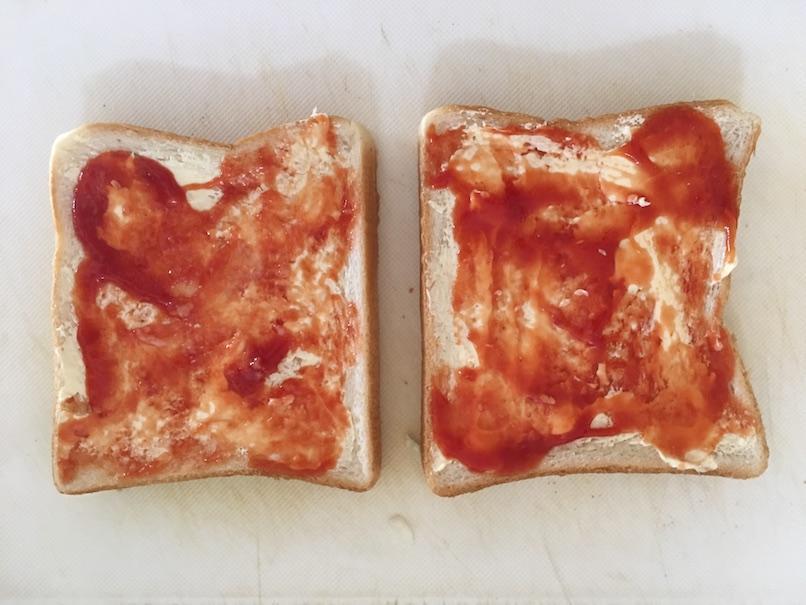 トーストにたっぷりのケチャップを塗り終わる