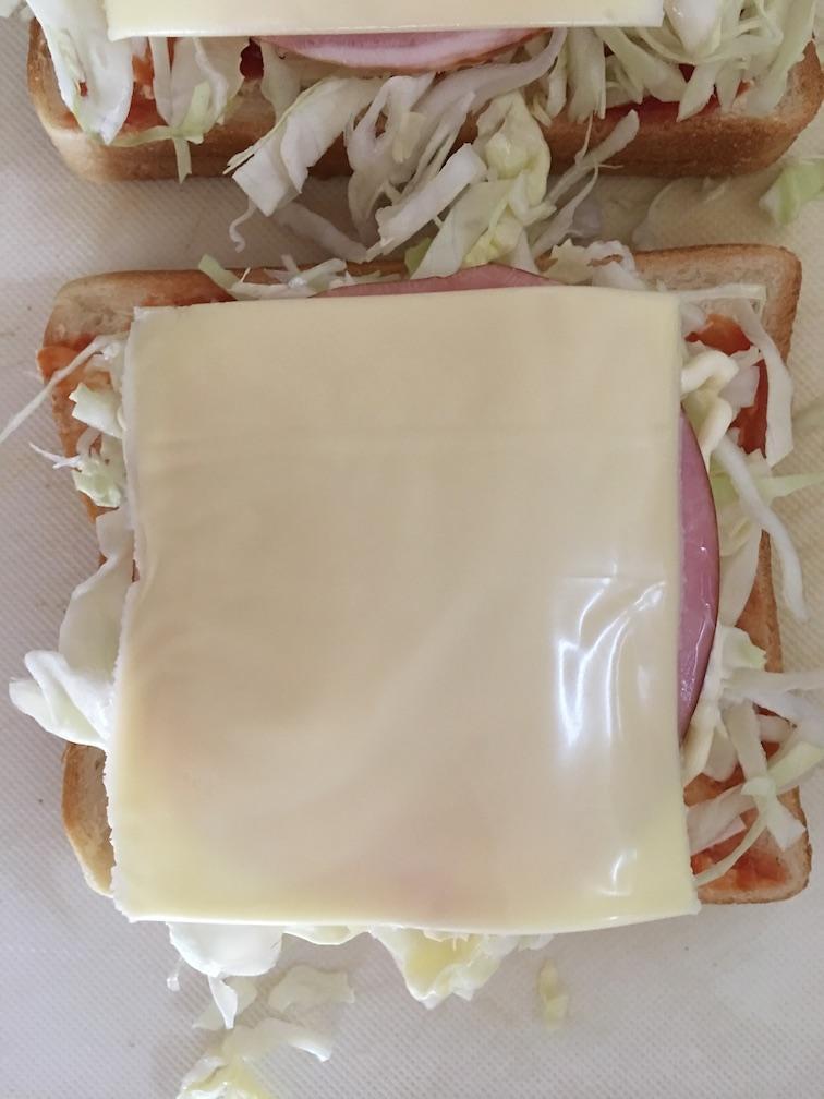 ハムキャベツトーストにチーズをのせる