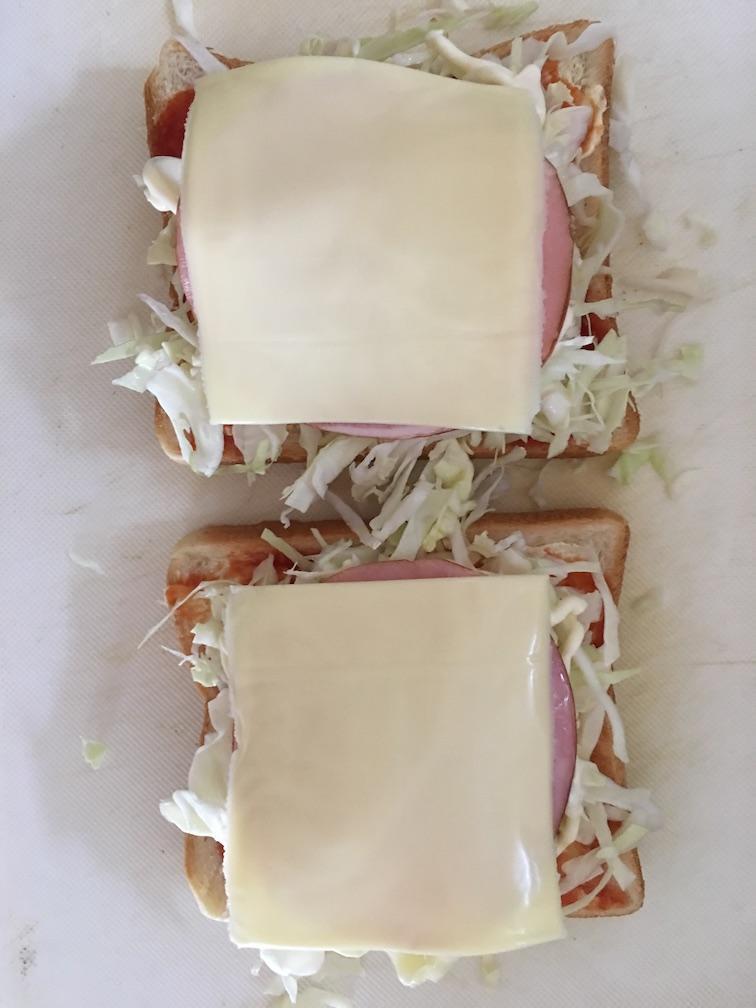 スライスチーズをのせたハムキャベツトースト