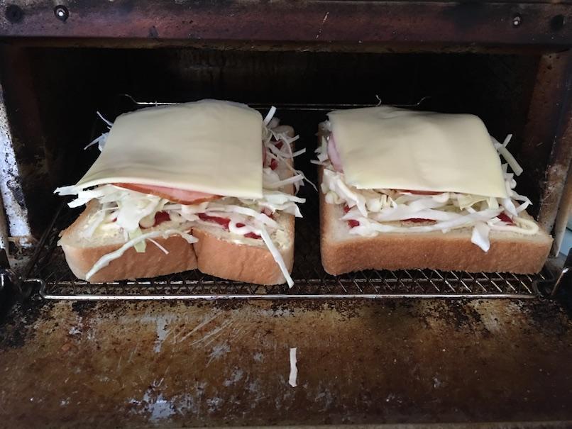 ハムキャベツチーズトーストをオーブントースターに入れる
