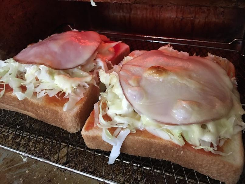 オーブントースターで焼いたハムチーズトースト
