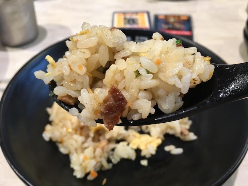 やきめしをレンゲで食べる(大坂千日前・河童ラーメン本舗)