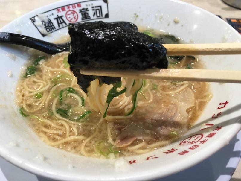 海苔と麺を食べる(大坂千日前・河童ラーメン本舗)