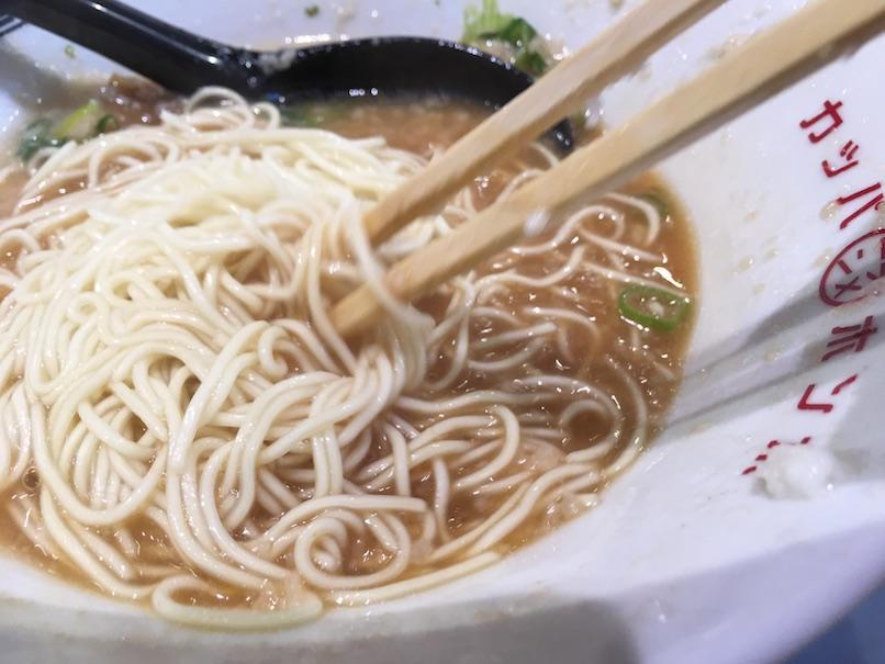 替え玉を箸で前る(大坂千日前・河童ラーメン本舗)