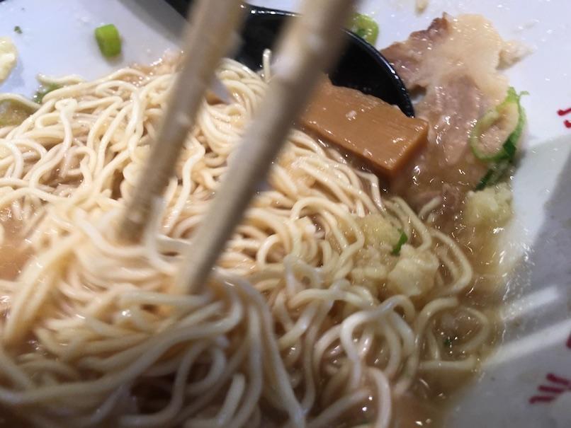 麺を混ぜる(大坂千日前・河童ラーメン本舗)