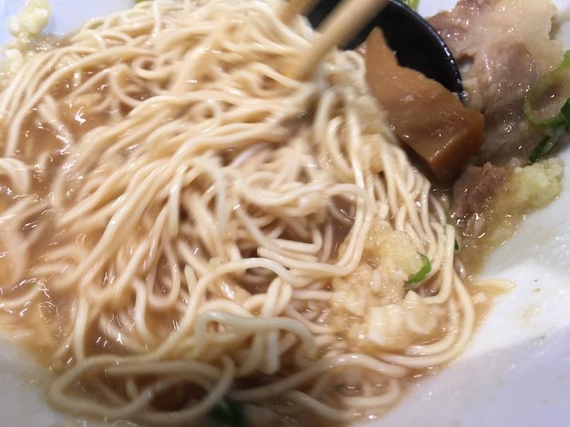 麺を箸で混ぜる(大坂千日前・河童ラーメン本舗)