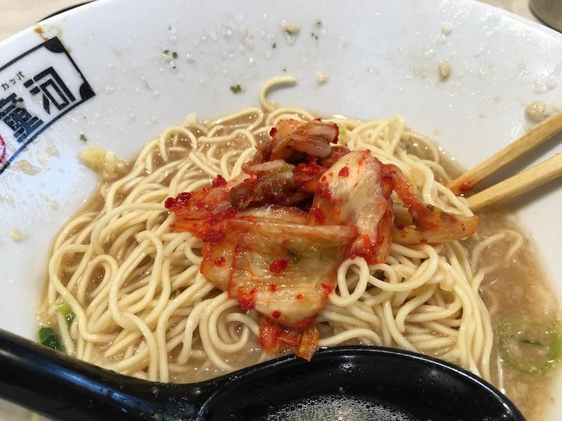 キムチを食べる(大坂千日前・河童ラーメン本舗)
