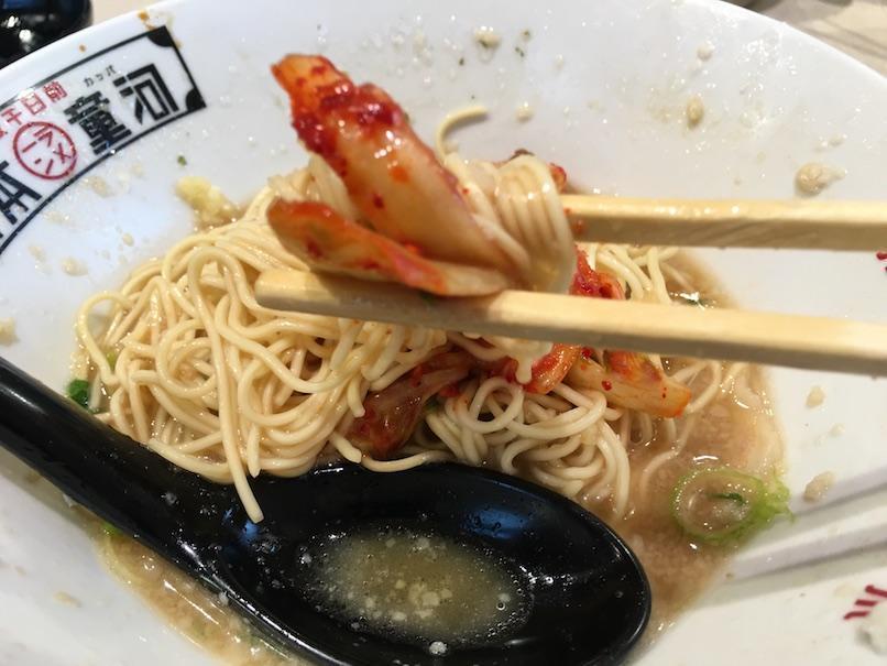 キムチと麺を食べる(大坂千日前・河童ラーメン本舗)