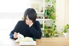 読書感想文のネタを探しながら本を読む女性