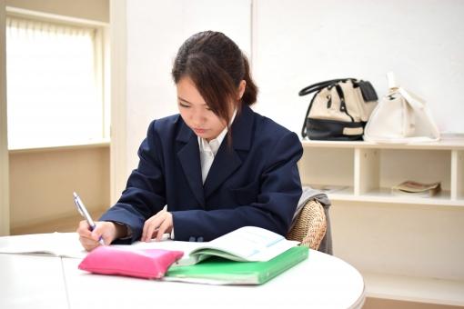 簿記の勉強をする女子高生