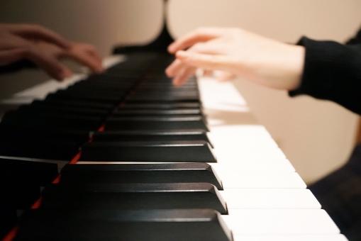 合唱曲をピアノ伴奏している