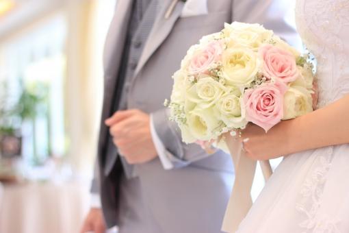 盛り上がる邦楽の入場曲で結婚式の披露宴会場に入場する新郎新婦