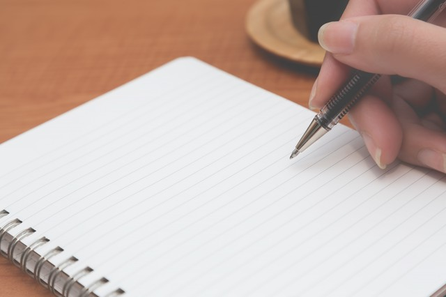 ペンでノートに書く短歌の作り方をしているところ