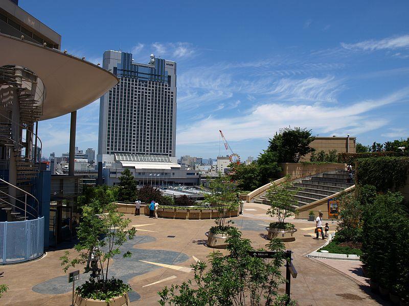 大阪の空は青かった
