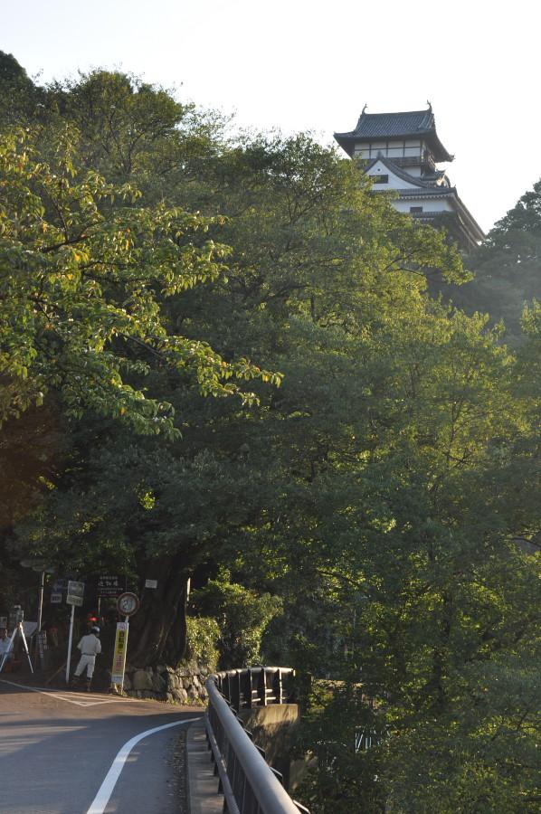 犬山城そびえ立つ