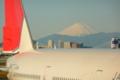 飛行機の後ろに富士山が